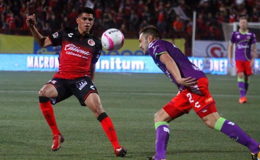 Corona (i), de 28 años, es un nativo de Los Angeles, que comenzó su carrera profesional con Club Tijuana en el 2010. EFE/Archivo