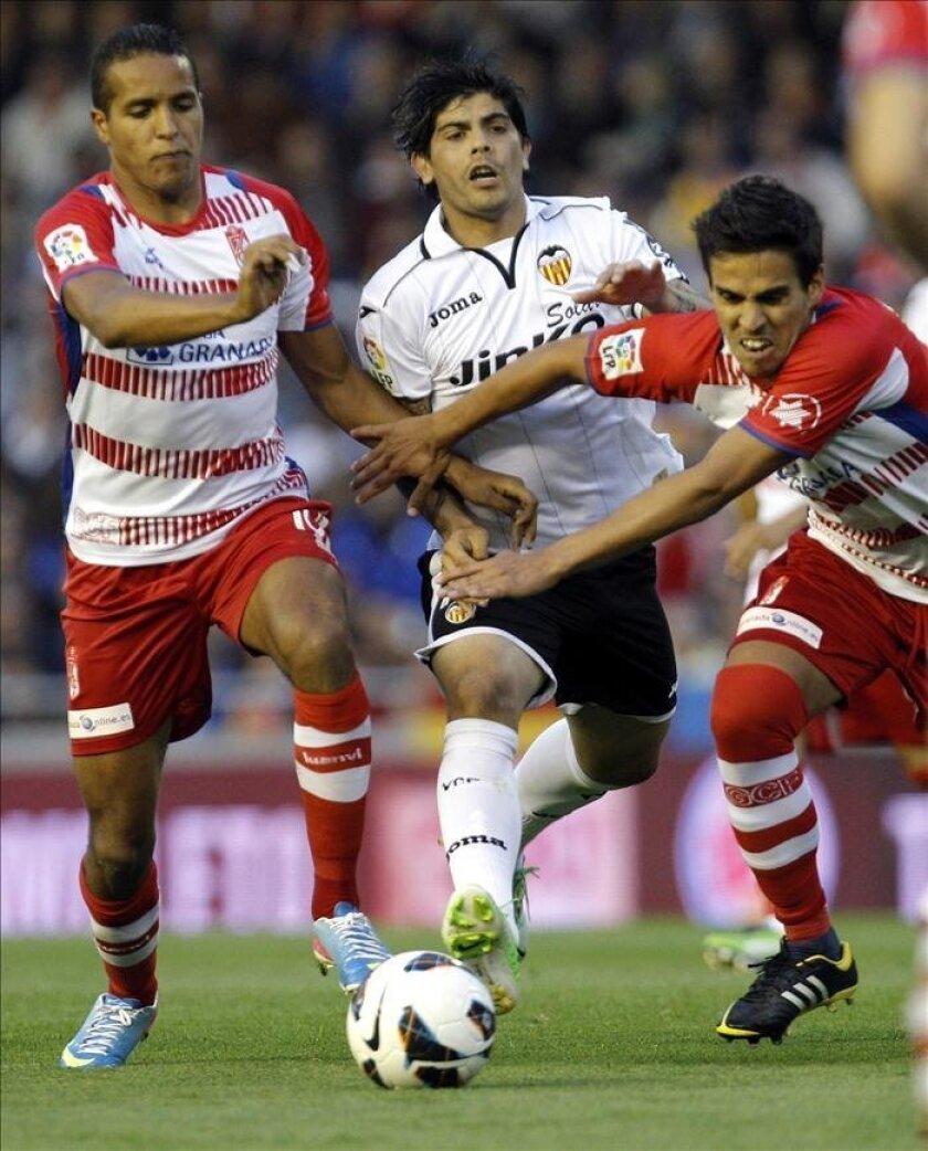 El delantero del Valencia CF, Roberto Soldado (i), lanza su camiseta a los aficionados al final del partido de Liga, correspondiente a la jornada trigésimo séptima en Primera División en el estadio de Mestalla, en Valencia. EFE