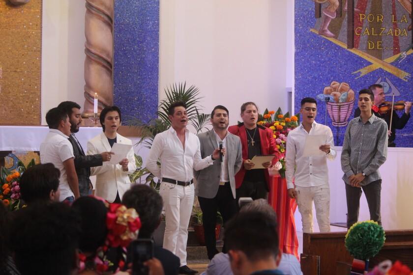 Joao Aguilera y sus invitados musicales durante la parte final de la misa que se realizó en la iglesia Nuestra Señora de Los Ángeles.