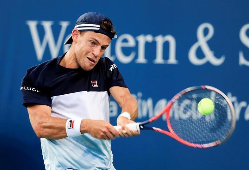 El tenista argentino Diego Schwartzman fue registrado este lunes al devolverle una bola al suizo Stan Wawrinka, durante un partido de la primera ronda del Abierto Western & Southern, en el Linder Family Tennis Center de Mason (Ohio, EE.UU.). EFE
