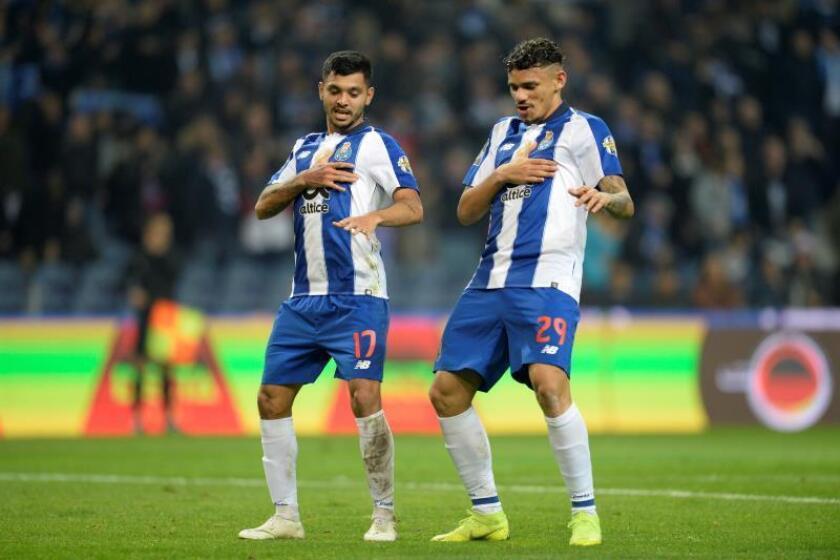 Soares (d) y Jesús Corona del FC Oporto celebran un gol, durante un partido entre FC Oporto - Nacional en la Primera Liga Portuguesa, en Oporto (Portugal). EFE