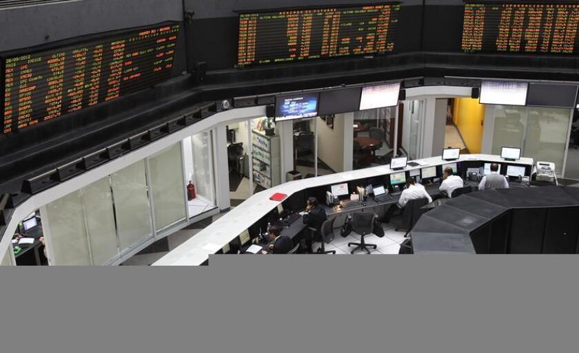El Índice de Precios y Cotizaciones (IPC) de la Bolsa Mexicana de Valores (BMV) registra una pérdida de 258,32 puntos (0,55 %) en los primeros compases de la sesión, para quedar en 46.611,92 unidades. EFE/ARCHIVO
