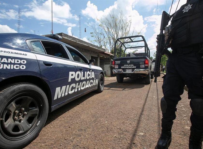 Policías estatales custodian el lugar donde fue asesinado el candidato a alcalde local Alejandro Chávez Zavala hoy, jueves 14 de junio de 2018, en el poblado la Florida, municipio de Taretan, en Michoacán (México). EFE