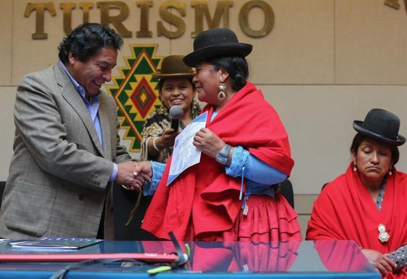 Lidia Huayllas (c), una de las cinco mujeres aimaras que escalaron los 6.962 metros del Aconcagua, recibe este lunes, de manos del viceministro de Descolonización de Bolivia, Félix Cárdenas (i), el reconocimiento de la Asociación Andina de Promotores en Aventura y Montaña (Aaptam) y del Ministerio de Culturas de Bolivia, en La Paz (Bolivia). EFE