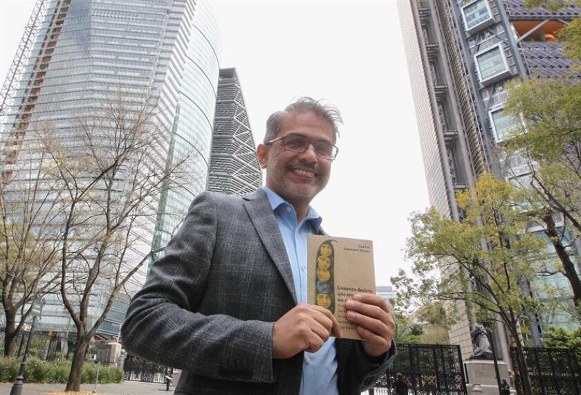 """El escritor Carlos Guevara, autor del libro """"Lamento decirte que eres un mutante"""", posa el pasado jueves, 29 de noviembre de 2018, durante una entrevista con Efe, en Ciudad de México (México). EFE"""