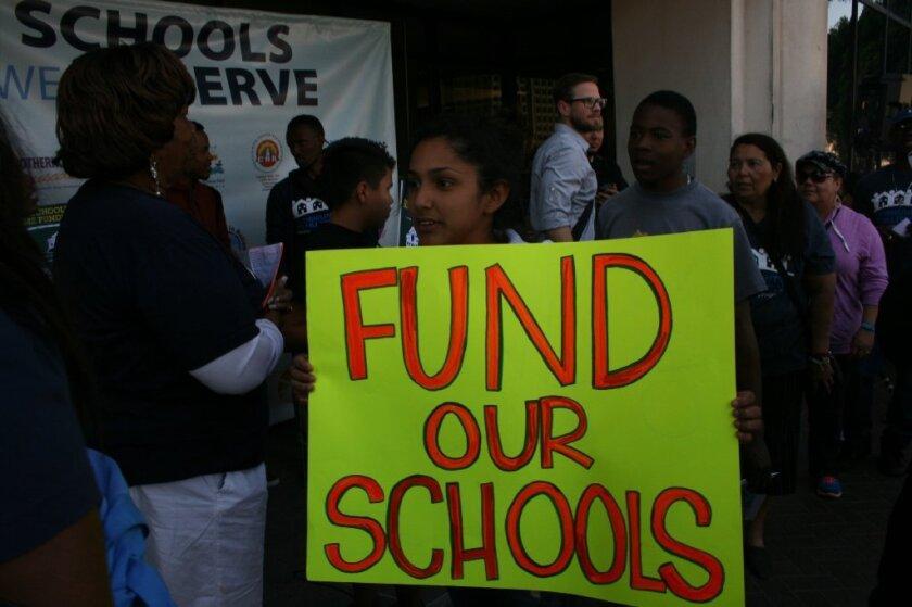 Padres de familia quieren fondos para las escuelas necesitadas.