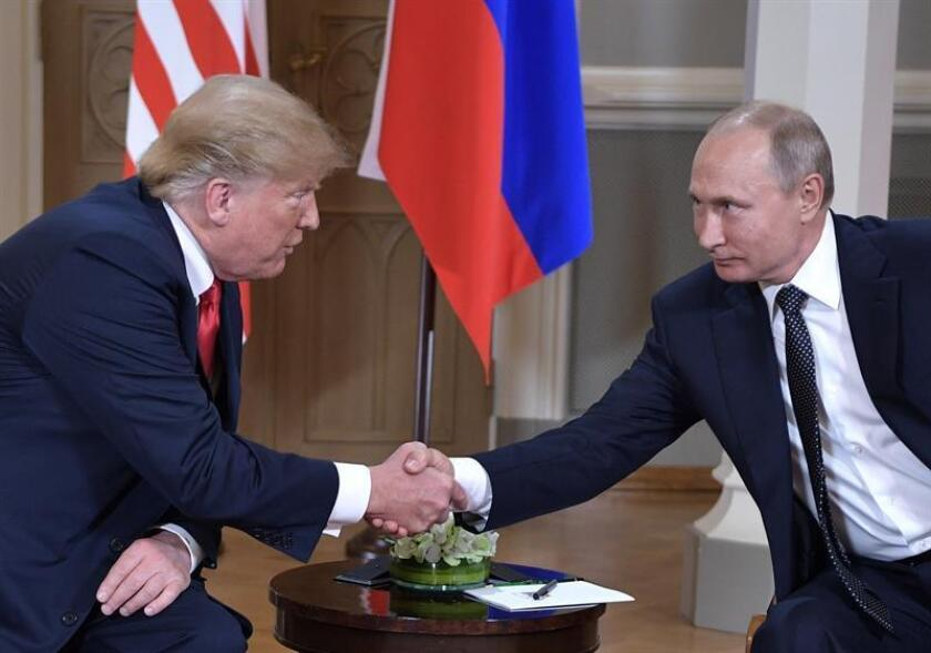 Los presidentes de EE.UU, Donald Trump (i), y de Rusia, Vladímir Putin, se estrechan la mano durante su primera cumbre formal celebrada en el Palacio Presidencial de Helsinki, Finlandia, este 16 de julio. EFE//Alexey Nikolsky/Foto cedida por el Kremlin