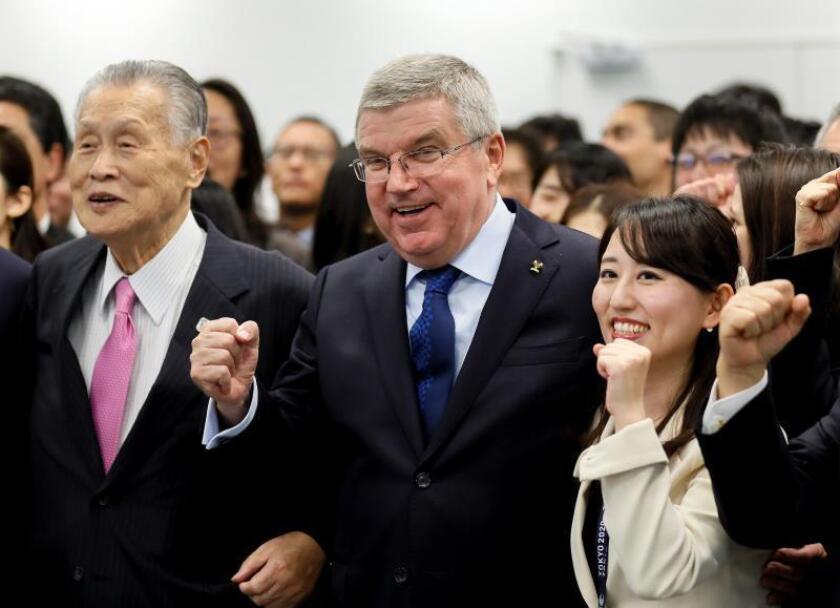 El presidente del Comité Olímpico Internacional (COI), Thomas Bach (c), posa con el presidente del comité organizador de los Juegos Olímpicos de Tokio 2020 , Yoshiro Mori (i), el pasado miércoles durante un encuentro con miembros del comité olímpico de Tokio 2020, en Tokio. EFE