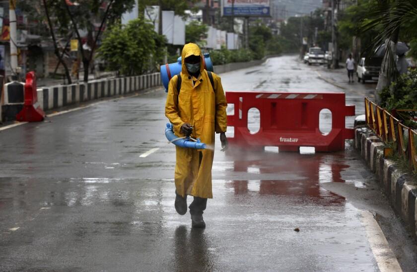 Un trabajador desinfecta una carretera vacía
