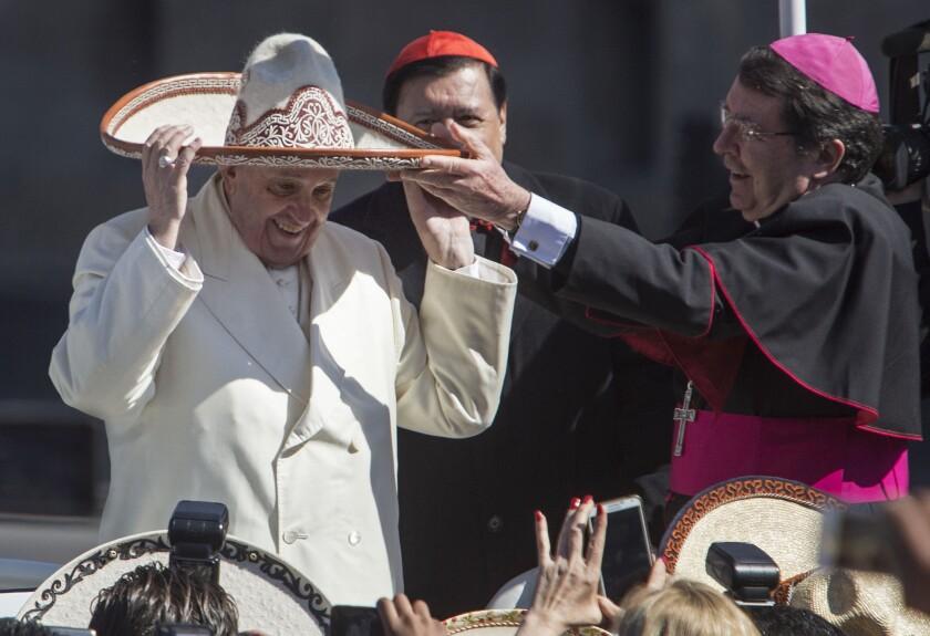 En esta imagen, el papa Francisco se prueba un sombrero charro entregado por una persona de la multitud en la plaza principal de Ciudad de México, el Zócalo. El pontífice comenzó su primer viaje a México el sábado con discursos a la élite política y eclesiástica del país. (AP Foto/Christian Palma)
