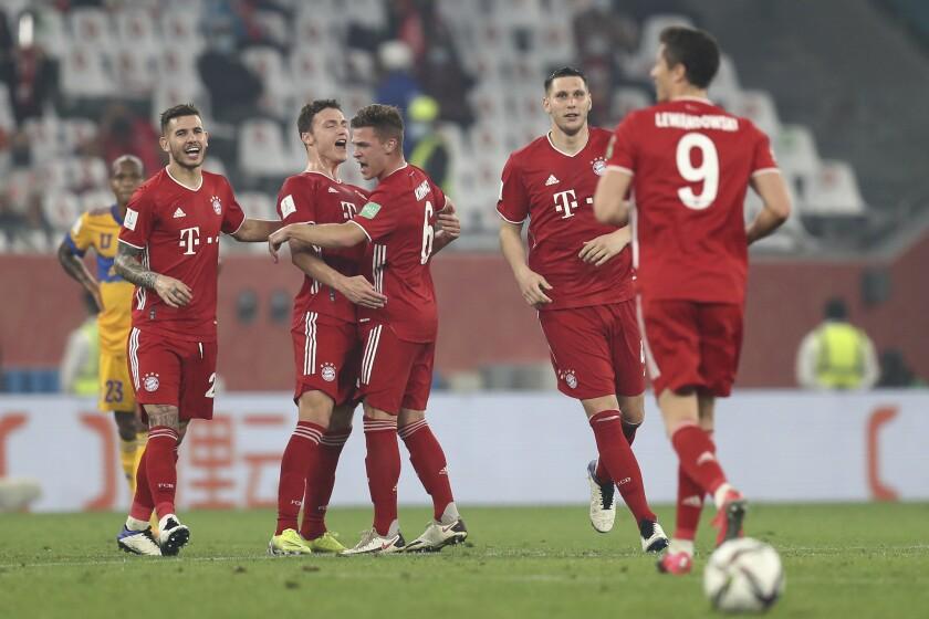 Benjamin Pavard (segundo a la izqierda) celebra tras anotar gol