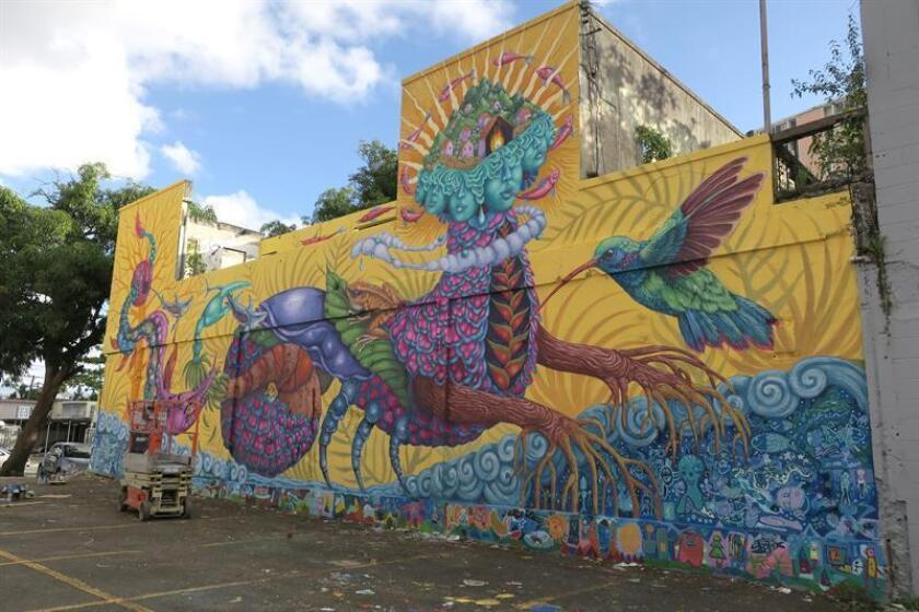 Fotografía del 10 de diciembre donde se aprecia el mural la artista canadiense Danae Brissonnet pintado en un edificio de la Calle Cerra en San Juan, Puerto Rico. EFE