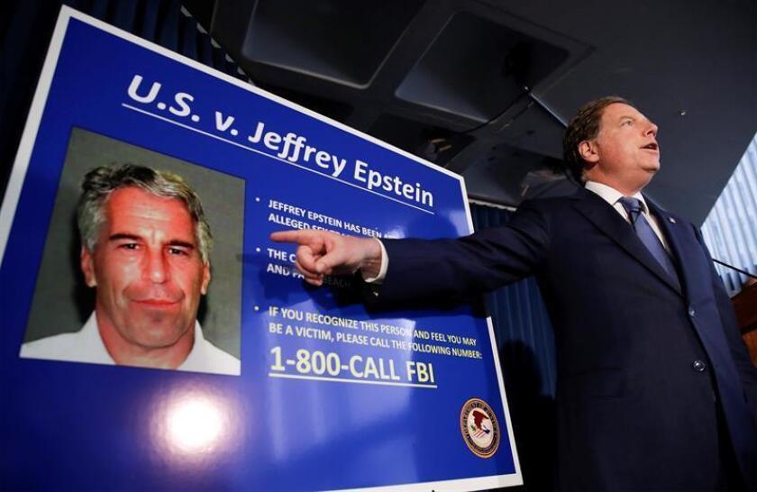 Reciben citaciones judiciales 20 oficiales de cárcel en la que murió Epstein