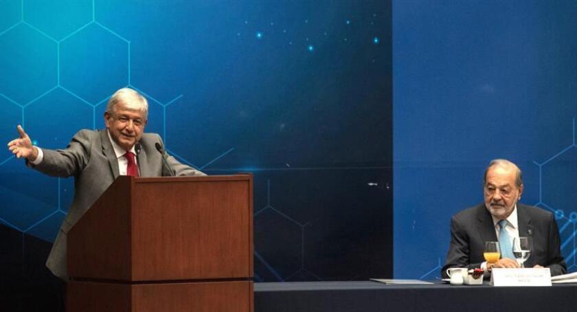 Fotografía del 6 de agosto de 2018, del presidente electo de México, Andrés Manuel López Obrador (i), junto al multimillonario mexicano Carlos Slim (d) durante una reunión con agrupaciones de ingenieros, en Ciudad de México (México). EFE