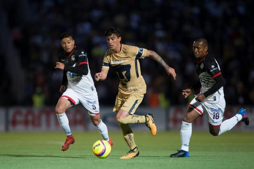 Los jugadores de Lobos BUAP Diego Jiménez (i) y Pedro Aquino (d) disputan el balón con Mauro Formica (c) de Pumas. EFE/Archivo