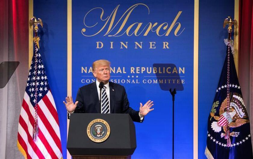 El presidente estadounidense, Donald J. Trump, habla durante la cena de marzo del Comité Nacional Republicano del Congreso. EFE/POOL