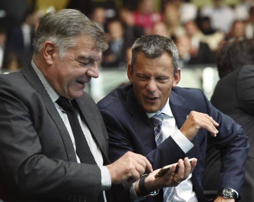 El director ejecutivo de la Federación Inglesa de Fútbol (FA), Martin Glenn (d). EFE/Archivo