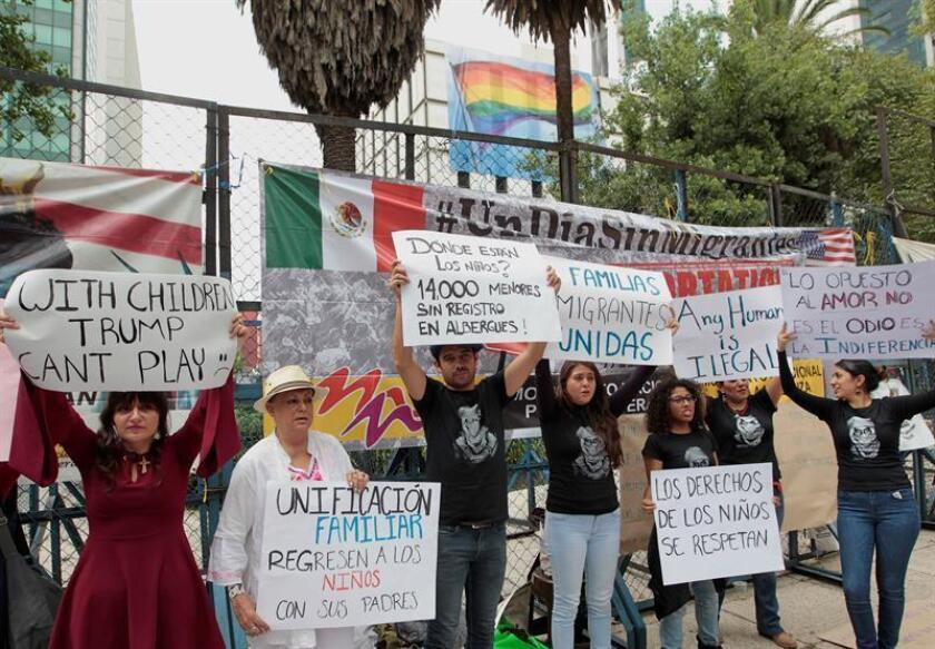 Personas protestan ante la embajada estadounidense contra la política de separación de familias migrantes aplicada por Washington hoy, jueves 21 de junio de 2018, en Ciudad de México (México). EFE