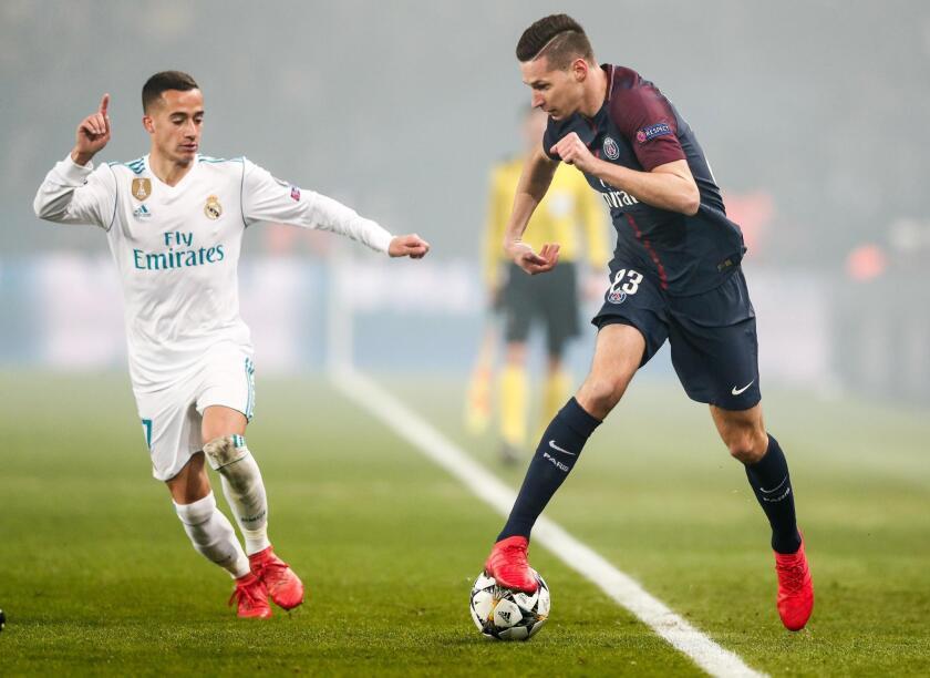 Julian Draxler (d) de Paris Saint Germain disputa un balón con Lucas Vazquez (i) de Real Madrid hoy, martes 6 de marzo de 2018, durante el partido de vuelta entre París Saint-Germain (PSG) y Real Madrid de los octavos de final de la Liga de Campeones UEFA en el estadio en París (Francia).