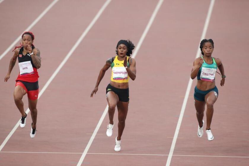 Elaine Thompson (c) de Jamaica, medalla de oro, Michelle-Lee Ahye de Trinidad y Tobago (i), plata, y Vitoria Cristina Silva de Brasil, bronce, compiten este miércoles en la final de los 100m femenino en los Juegos Panamericanos 2019, en Lima (Perú). EFE/Orlando Barría