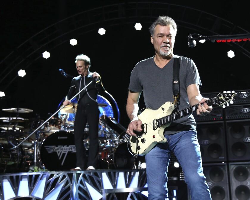 David Lee Roth, a la izquierda, y Eddie Van Halen, del grupo Van Halen, tocan el 13 de agosto de 2015 en Wantagh,