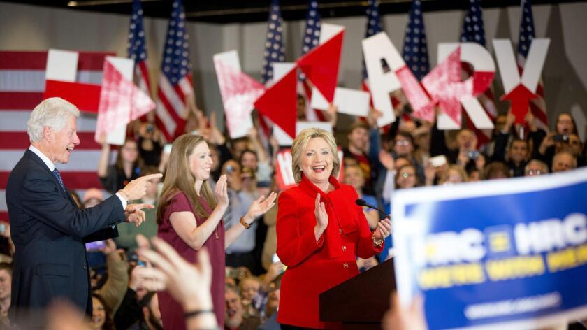 """Según la página web del partido Demócrata, que celebró ayer el caucus para designar al próximo candidato de la formación a la presidencia de EE.UU., """"Clinton obtuvo el 49,9 por ciento de los delegados, mientras Sanders"""" consiguió unas décimas menos."""