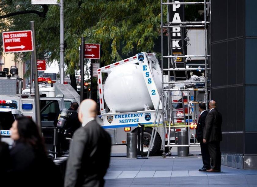 Un camión de explosivos sale de un muelle de carga en el centro de Warner donde se encontró un artefacto explosivo en las oficinas de la CNN hoy, miércoles 24 de octubre de 2018, en Nueva York (Estados Unidos). EFE