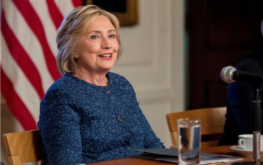 En esta fotografía de archivo del 9 de septiembre de 2016, la candidata presidencial demócrata Hillary Clinton participa en una sesión de trabajo de Seguridad Nacional en la biblioteca de la Sociedad Histórica en Nueva York. (AP Foto/Andrew Harnik, archivo)