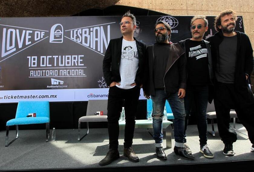 La banda española de indie-pop Love of Lesbian, posan para una fotografía hoy, lunes 15 de octubre de 2018, al termino de una rueda de prensa en Ciudad de México (México). EFE