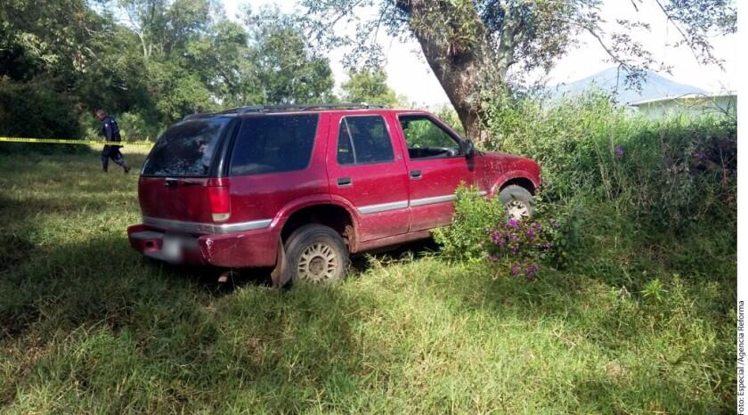Tras la agresión a policías en Michoacán, la Policía aseguró una camioneta y un automóvil pertenecientes a los delincuentes, quienes escaparon entre la maleza, según la dependencia.
