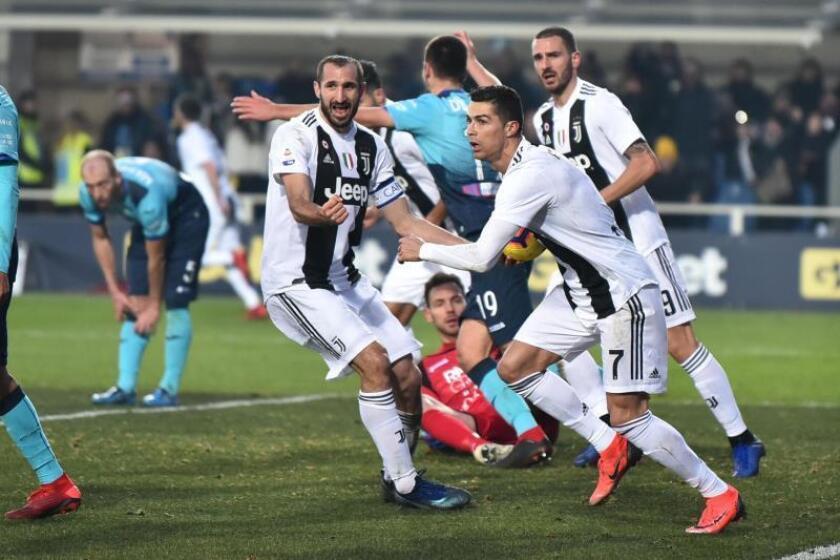 El delantero portugúes de la Juventus Cristiano Ronaldo (dcha) celebra el gol conseguido, durante el partido de la Serie A disputado ante el Atalanta, en el estadio Atleti Azzurri d'Italia en Bérgamo, Italia. EFE
