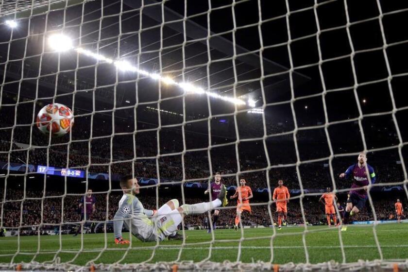 El delantero del FC Barcelona Leo Messi (d) marca de penalti ante el portero Lopes, del Olypique de Lyon, durante el partido de vuelta de los octavos de final de la Liga de Campeones que disputaron en el estadio del Camp Nou, en Barcelona. EFE