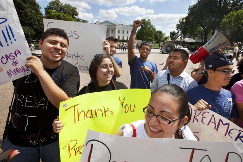 En esta foto del 15 de junio del 2012, jóvenes manifestantes participan en un acto en respaldo al presidente Barack Obama luego que el presidente anunciase que el gobierno estadounidense dejaría dde deportar y comenzaría a dar permisos de trabajo a inmigrante silegales jóvenes que llegaron al país de niños. (AP Foto/Jacquelyn Martin)