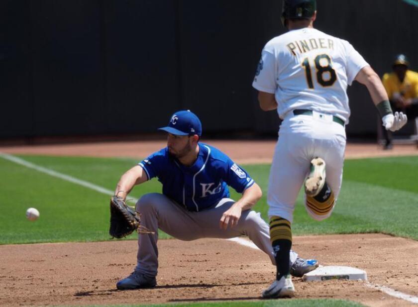 Eric Hosmer (i) de Royals atrapa la pelota junto a Chad Pinder (d) de Athletics durante un partido.- EFE/Archivo