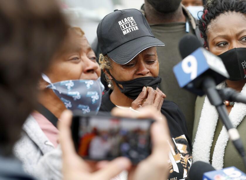 Sherrellis Sheria Stinnette, abuela de Marcellis Stinnette, de 19 años, habla con los medios durante una protesta por el asesinato de Marcellis Stinnette a manos de la policía, en Waukegan, Illinois, el 22 de octubre de 2020. (Brian Hill/Daily Herald vía AP)