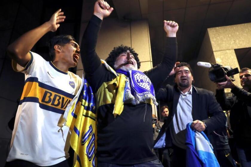 Aficionados del Boca Juniors esperan la llegada de los jugadores al hotel de Madrid en el que se hospedan, con motivo de la final de la Copa Libertadores que el equipo argentino disputará el próximo domingo ante el River Plate en el estadio Santiago Bernabéu de la capital. EFE