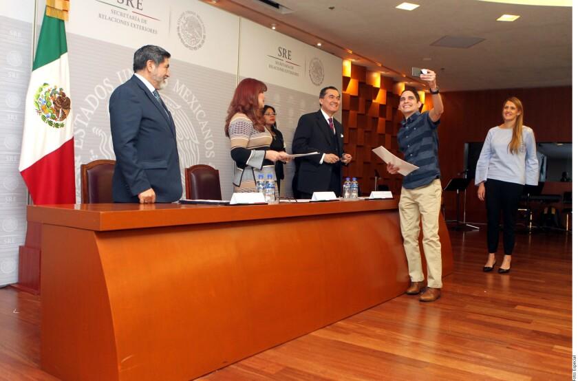La Secretaría de Relaciones Exteriores (SRE) entregó cartas de naturalización a 83 personas originarias de diversas naciones.