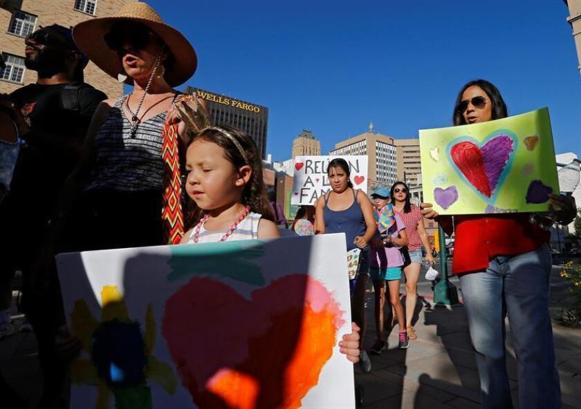 Varias personas marchan durante una protesta hacia un centro de detención. EFE/Archivo