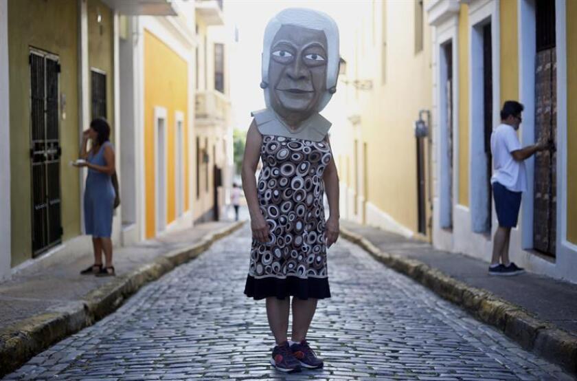 Un cabezudo de la fundadora de las Fiestas de la Calle San Sebastián, Doña Rafaela Valladares, pasea por una calle de San Juan (Puerto Rico) hoy, jueves 18 de enero de 2018. EFE