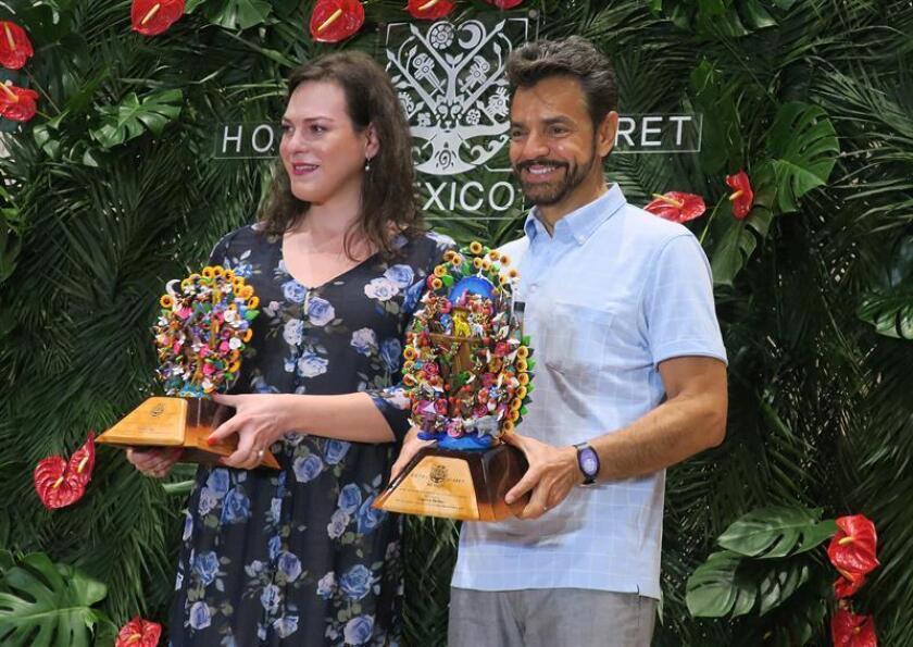 La actriz chilena Daniela Vega (i) y el actor mexicano Eugenio Derbez (d) posan ayer durante la entrega del reconocimiento Xcaret, en Playa del Carmen Quintana Roo (México). EFE