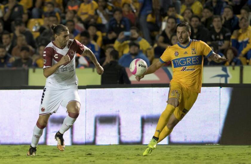 El defensa argentino Guido Milán (d), de los Tiburones de Veracruz del fútbol mexicano, aseguró hoy que su equipo tiene margen de mejoría y saldrá a demostrarlo en el torneo Apertura 2018. EFE/Archivo