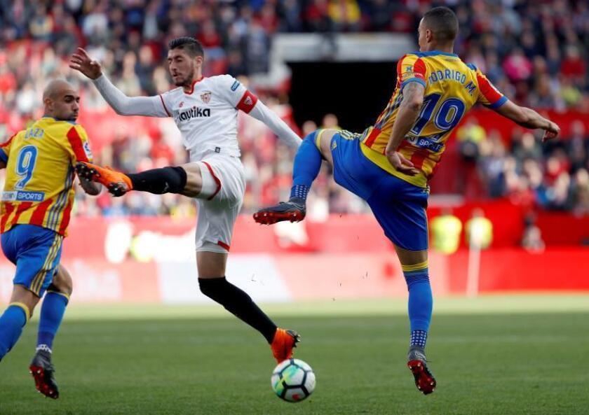 Imagen de archivo de un partido entre Valencia y Sevilla. EFE/Archivo