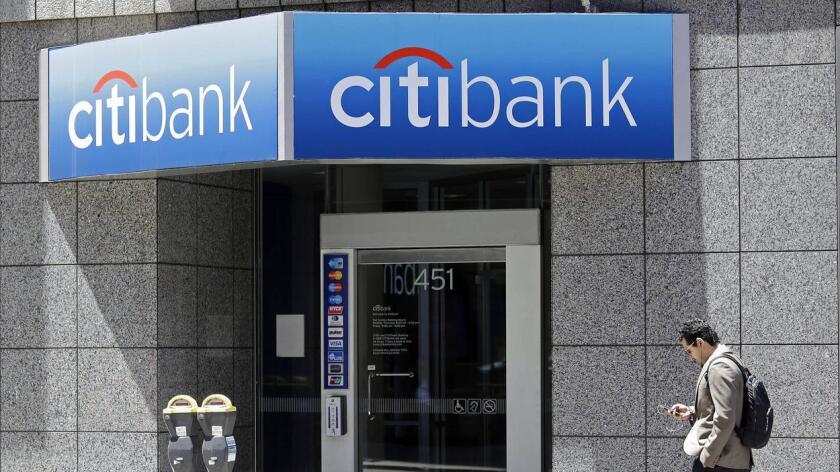 Un hombre camina por enfrente de una sucursal de Citibank en San Francisco en el año 2014. El Banco ha pactado reembolsar unos $ 700 millones por prácticas ilegales en tarjeta de crédito.