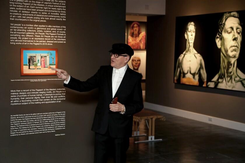 """Le photographe Matthew Rolston lors d'une tournée médiatique de son exposition, """"Personnes sur l'art: The Pageant Portraits,"""" au musée d'art de Laguna."""