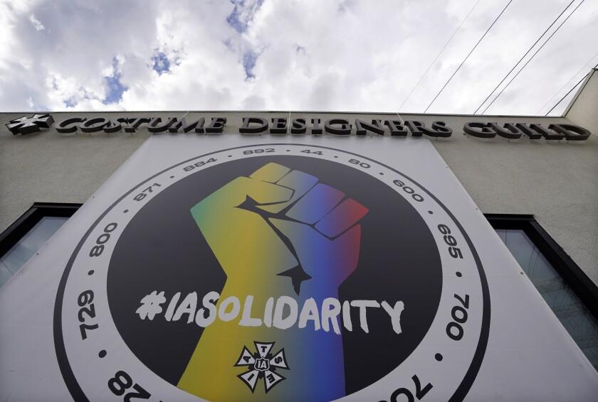 Un póster que llama a la solidaridad sindical cuelga de un edificio