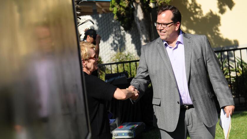 El Presidente del sindicato de maestros de Los Ángeles, Alex Caputo–Pearl, saluda después de una conferencia de prensa realizada en 2014 para pedir clases más pequeñas, escuelas con personal completo y una paga más alta para los educadores. El miércoles pasado, el sindicato ganó una elección interna para aumentar las cuotas y alcanzar estos objetivos (Wally Skalij / Los Angeles Times).