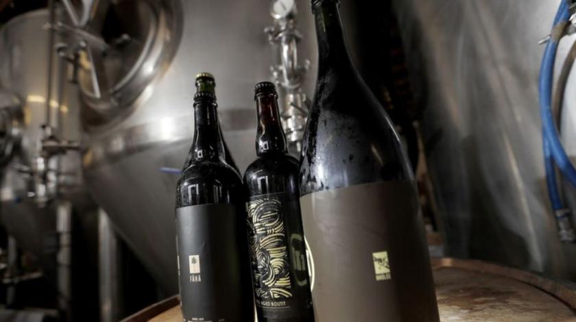 Cerveza artesanal embotellada en Three Chiefs Brewing. (Luis Sinco / Los Angeles Times)