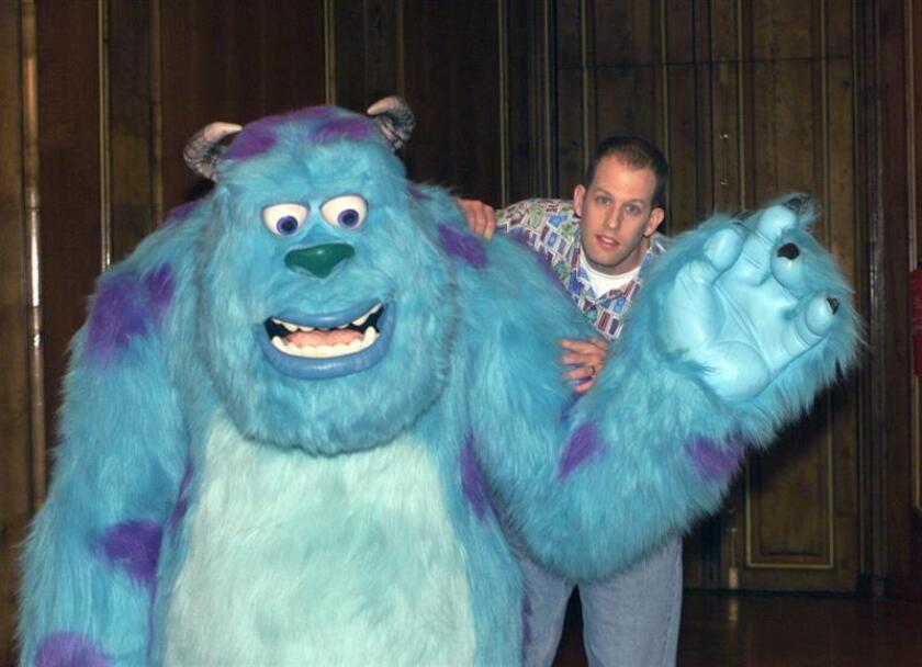 """El director de cine Peter Docter presentó junto con uno de los personajes de """"Monsters Inc"""". EFE/Archivo"""