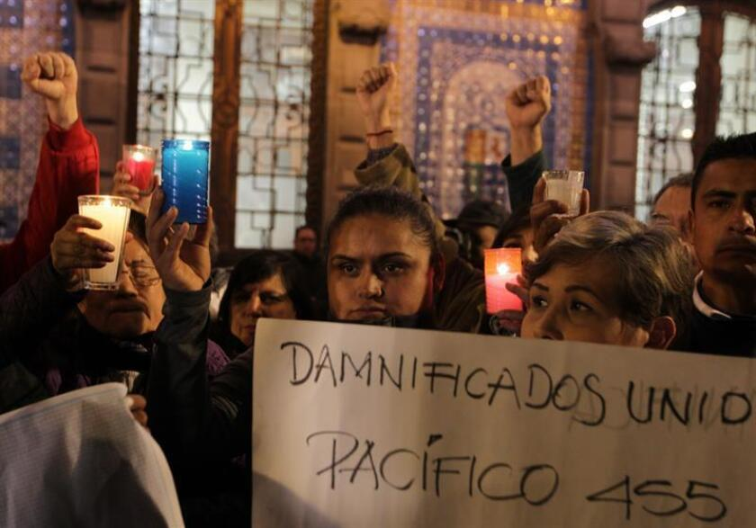 Damnificados por el sismo de pasado 19 de septiembre encienden velas en la explanada del Zócalo de Ciudad de México (México), para recordar a las víctimas del fenómeno. EFE/Archivo
