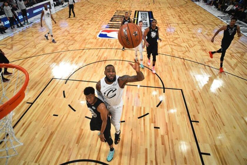 Lebron James (C-R) of Team Lebron goes to the basket over Kyle Lowry (C-L) of Team Stephen during the 2018 NBA All-Star game at Staples Center in Los Angeles. EFE